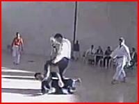 空手の試合でキレた主審が選手をノックアウトしちゃう映像