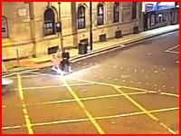 歩行者が車にはね飛ばされてしまう瞬間。ひき逃げ事件の映像二つ。英国