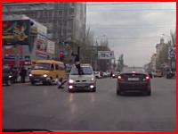 信号無視の車が横断しようとした二人の少女を撥ね飛ばしてしまう瞬間の映像
