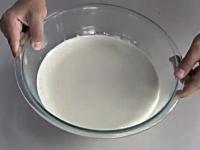 不思議な澱粉コーンスターチ。液体なのに金槌で叩ける。グーパンチもおk