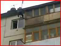 頑丈過ぎるロシア人男性。マンションの5階部分から落下するも立ち上がる