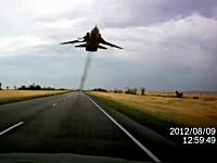 えっ!これは焦るまさかのドラレコ。道路を走っていたら前からSu-24が・・・。