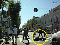 横断歩道で倒れこんだ男性が動き出した車に踏まれてズリズリ引きずられる