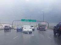 こんな光景みたことがない!強風の影響で高速上のある物が大変な事に。