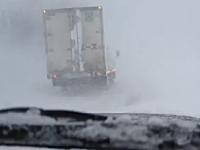 試される大地。北海道の吹雪がハンパない車載。数メートル先も見えない。
