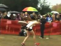 ゴールラインの2メートル手前で倒れてしまう女子高生、這ってなんとかゴール