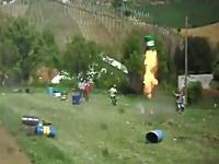 ドラム缶を次々と空高く飛ばすドラム缶打ち上げ大会?の様子を撮影したビデオ。