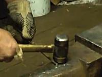 力技。鍛冶屋さんは鉄の棒とハンマーがあればタバコに火を付けられる!?