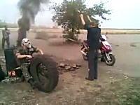 ヒャッハーなバイクのちょっとシュールなドラッグレース。これはちょと面白いw