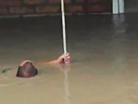 洪水に飲まれて必死に助かろうとしがみ付いていた男性が力尽きてしまう。