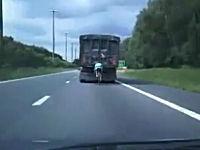 大型トラックのスリップストリームを利用する危険なチャリンカー