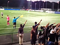 海外の観客ワロタwwwサッカーで線審にストーキングする観客の群れwww