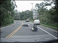 不運な車。カーブで曲がりきれなかったスクーターが転倒して突っ込んでくる