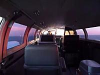 火花を散らす機体。緊急着陸で胴体着陸を試みる飛行機の機内映像