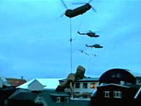巨大人形の襲来。ヘリコプタに吊られた巨大な操り人形が街にやってきた!