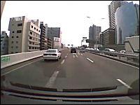 阪神高速で撮影された「あっぶねえ!」動画。出口を焦った車が急な車線変更
