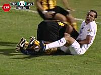 相手選手のチンコを握りつぶすサッカー選手wwwこれは酷すぎワロタwww