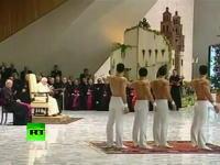 ローマ法王の前で脱いでみたw 謁見の場でトップレスになるムキムキ男子