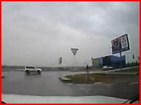 死亡事故。酒酔い運転の警官が17歳の少女をはね飛ばしてしまう事故の映像