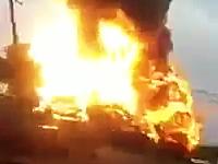 爆風で付近の建物の壁を吹き飛ばした列車爆発事故の瞬間。メリーランド州