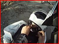 生々しい事故の瞬間。目の前で女性ライダーに車が突っ込む。ヘルメットカム