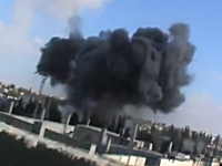 戦闘機から投下されたロケット弾が着弾するまでの様子が撮影された映像。