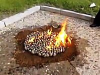 北朝鮮名物「ハマグリのガソリン焼き」の作り方。食材の上にガソリンを・・・。