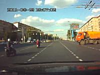 「あーーぶねー!」信号無視のトラックがバイクに突っ込む事故のドラレコ動画