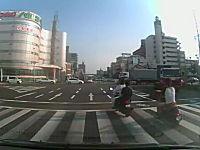 パトカーに追われるDQN原付2台が信号無視で交差点に進入して怖い動画