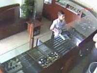 拳銃を持った強盗に勇敢に立ち向かい、見事に撃退した12歳の少年の映像