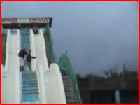 これはデンジャラスww水のないウォータースライダーで本気滑りするとこうなるww