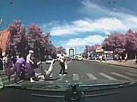 横断歩道を横断中の人たちにバイクが突っ込んでくる事故。ドラレコ動画