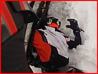 スノーモービルのキャタピラーに巻き込まれて背中を摩り下ろされた男性のぎゃああ!