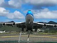 エンジンに吸い込まれそうな距離で離陸していくボーイング747。大迫力だ!