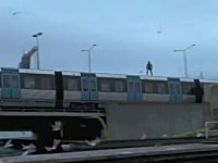 これはヤバイ。エクストリームすぎる高飛び込み。走る電車の屋根からどーん