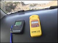 警告する放射線測定器!原発避難区域に足を踏み入れるスペシャルリポート