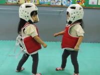 ニッコリ動画。小さな双子ちゃんによるテコンドーのスパーリングが可愛い。
