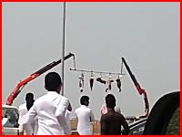 サウジアラビアで処刑された罪人の遺体が公共の場に吊るされている様子。