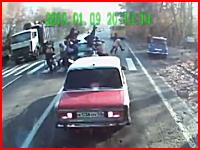 やば(゜ロ゜;)横断歩道を渡っていた歩行者に車が突っ込む事故。7名負傷