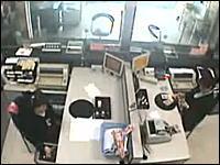 真っ向勝負の末に・・・。中国の銀行強盗を撮影したカメラの映像がなんか凄い