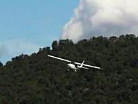 機体の向きがおかしい。激しい横風を受けながら着陸しようとする小型飛行機