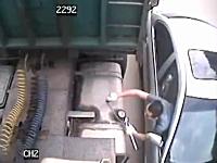 せこい。せこすぎるwwwトラックのタンクからガソリンを盗む男性のビデオ。