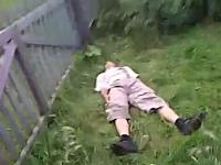 柵ジャンプ失敗で背中からグサリ・・・な一瞬動画。ワロテルけど痛いでwww