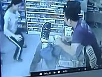 半ケツ状態でお姉さんに顔面キックされる強盗。勇敢な店主によりお縄に。