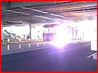 路面電車がスパーク!電気バチバチでケーブルが真っ赤になって焼け落ちる