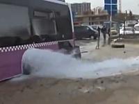 トルコで車と衝突したバスが消火栓に突っ込み大変な事になっているビデオ。