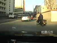 詐欺師のチームワーク動画。中国で当たり屋の犯行現場を撮影したビデオ。