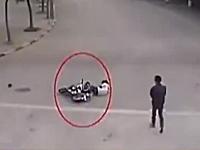 左折しようとしていたバイクと直進する犬との接触事故で周りの人間が冷たすぎる。