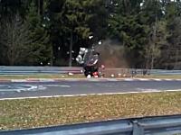 ニュル北コースを攻めていたミニバンがスピン⇒回転バラバラ⇒コース外へ