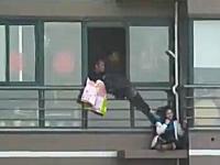 たけえ(@_@;)高層マンションの高層階から飛び降り自殺しようとしている女性